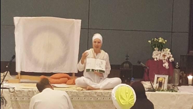 Claudia Jodha Kaur beim Unterrichten